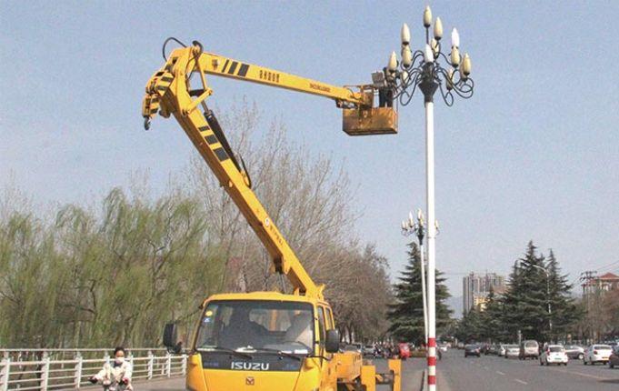 阵阵狂风吹走景观灯灯罩 工作人员忙安装 换向阀